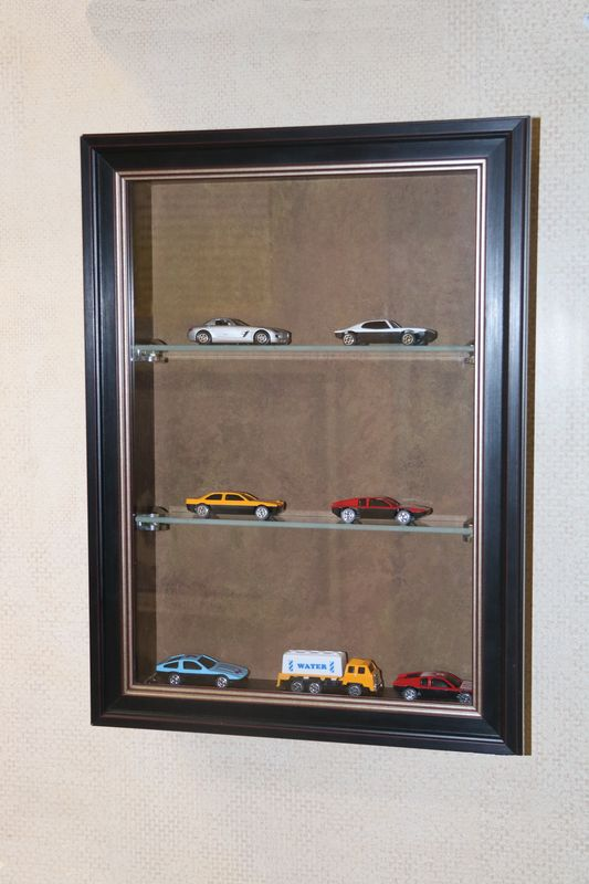 Установите красивую витрину для коллекции машинок